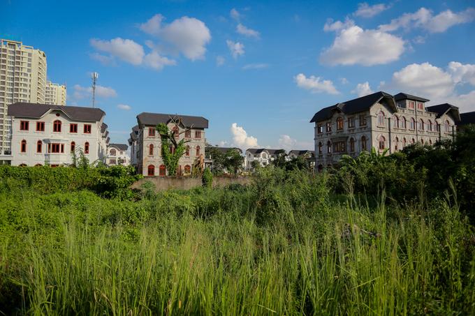 Hàng trăm biệt thự tiền tỷ hoang phế giữa Sài Gòn