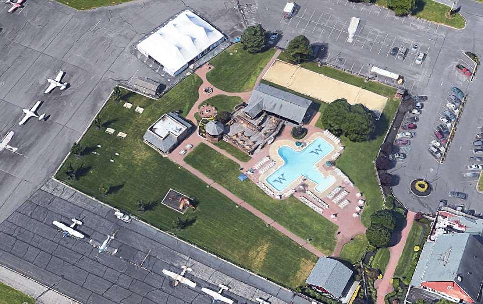 Bể bơi hình máy bay