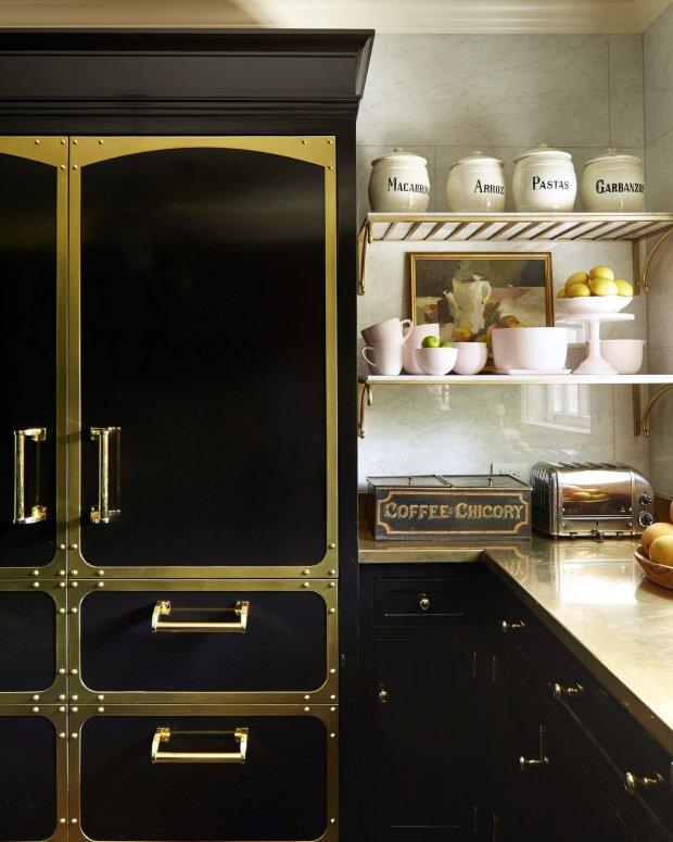 Tủ đựng đồ nổi bật trong phòng bếp với sự kết hợp ăn ý của cặp đôi màu sắc đen - vàng truyền thống.