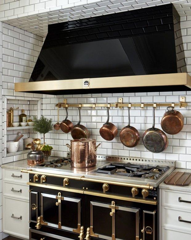Sắc đen nhấn nhá từ tủ bếp và máy hút mùi đủ để tạo nên sức cuốn hút cho phòng bếp hiện đại.