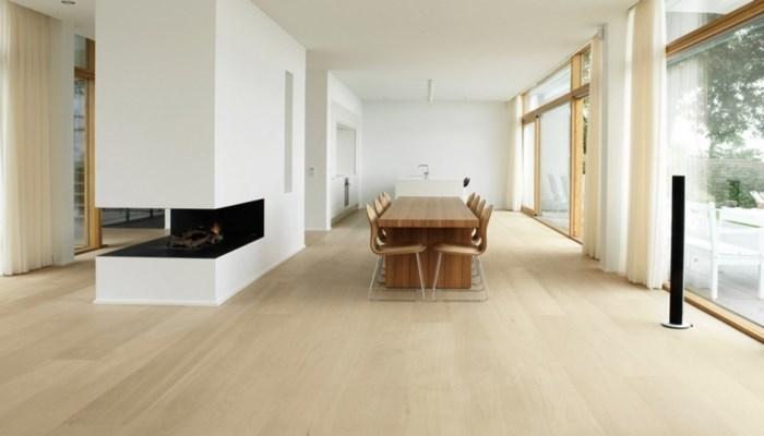 Tuy không có hoa văn hay vân gỗ nổi bật nhưng mẫu sàn gỗ đơn giản này vẫn mang đến vẻ đẹp hiện đại, tươi sáng cho ngôi nhà.