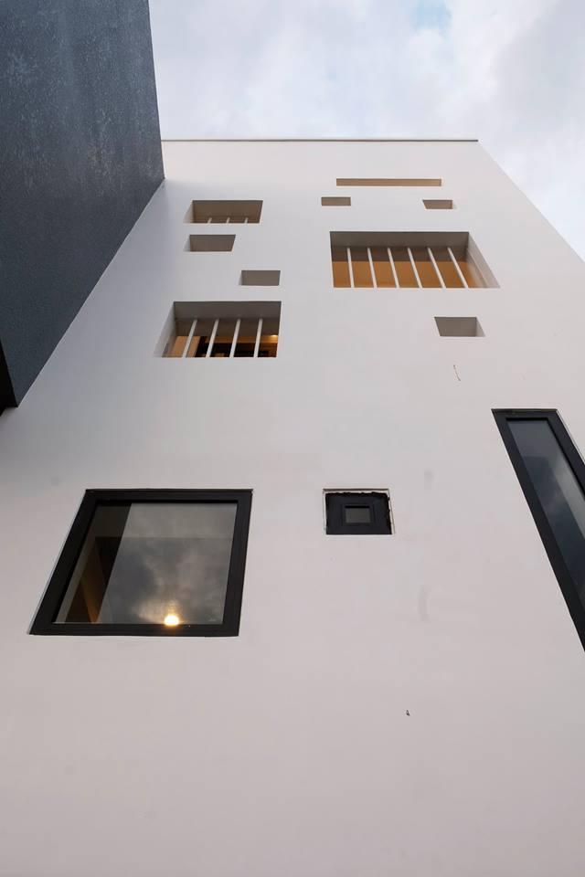 Hệ thống cửa sổ độc đáo với nhiều hình dạng, kích thước khác nhau vừa giúp thông gió, lấy sáng tự nhiên cho ngôi nhà vừa đảm bảo sự riêng tư cần thiết.