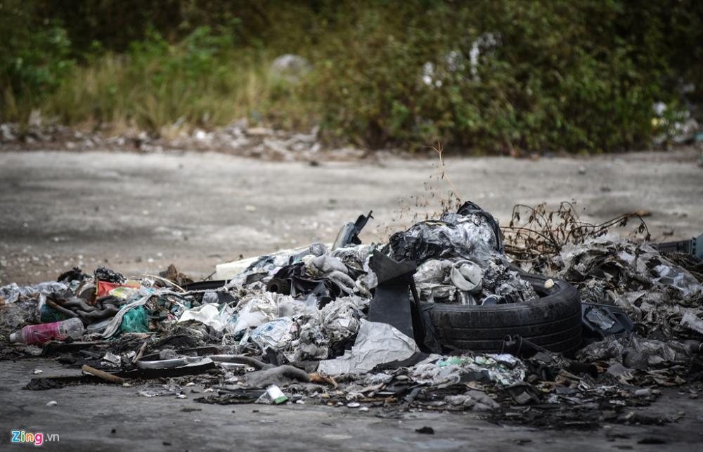 Khu đất ngổn ngang rác thải, lốp xe cũ...