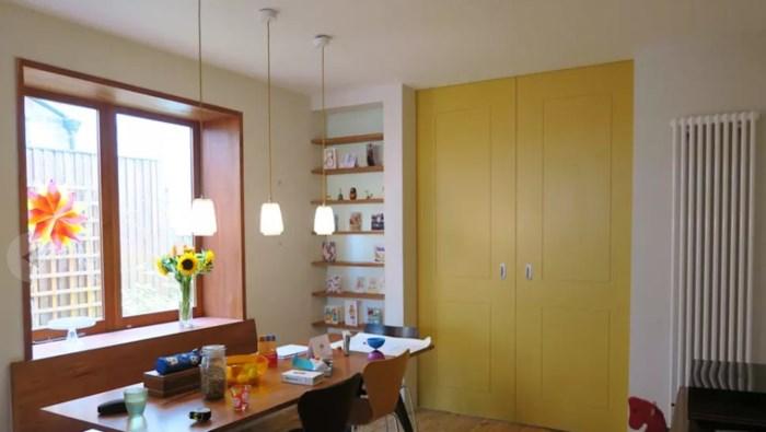 Cửa vào nhà màu vàng chanh