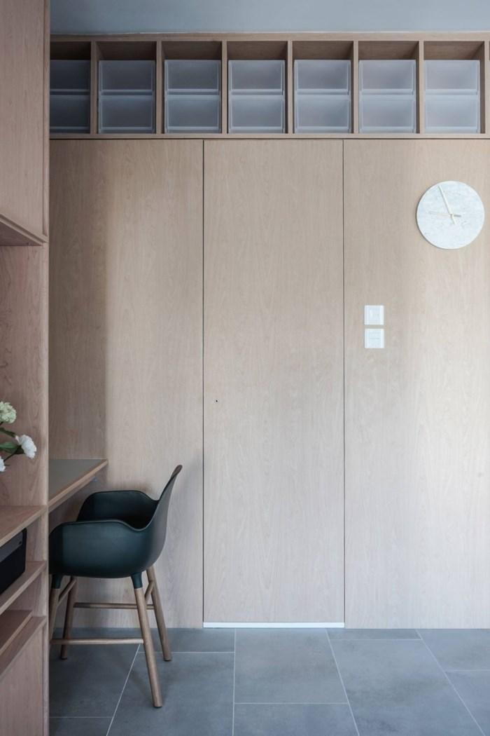 Hệ tủ gỗ công nghiệp được bố trí trải khắp căn hộ