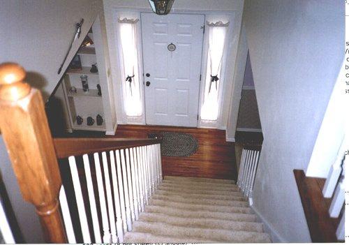 Cửa ra vào đối diện cầu thang