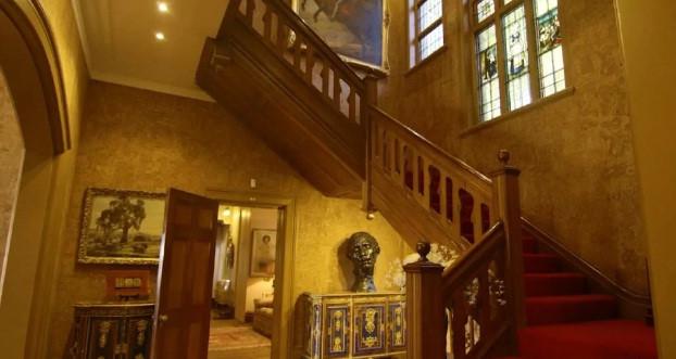 Cầu thang gỗ trải thảm đỏ