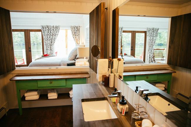 Gương lớn giúp nhân đôi diện tích cho phòng tắm.
