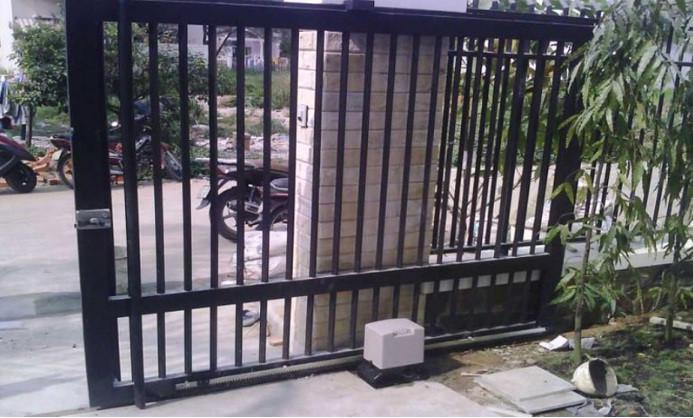 Mẫu cổng lùa sắt màu đen rất được yêu thích