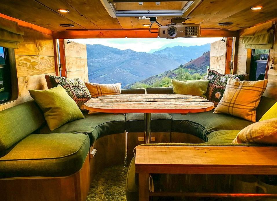 Du lịch khắp thế giới trong nhà gỗ sang trọng làm từ xe tải cũ