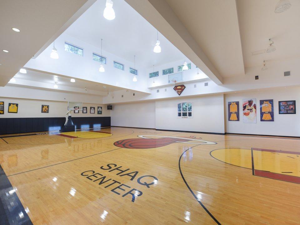 sân bóng rổ trong nhà