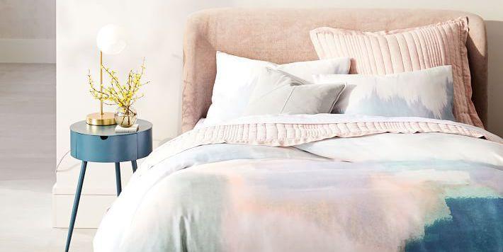 10 mẫu bàn đầu giường xinh xắn cho phòng ngủ nhỏ