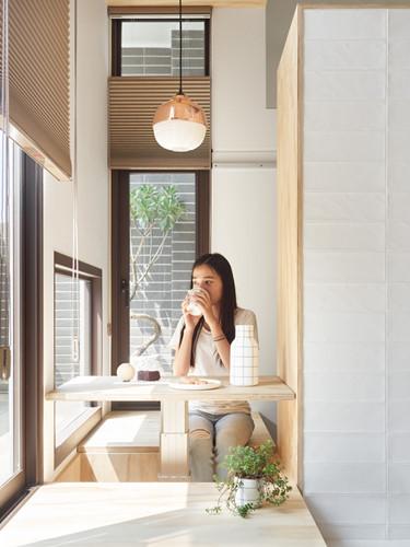 bàn trà cạnh khung cửa sổ