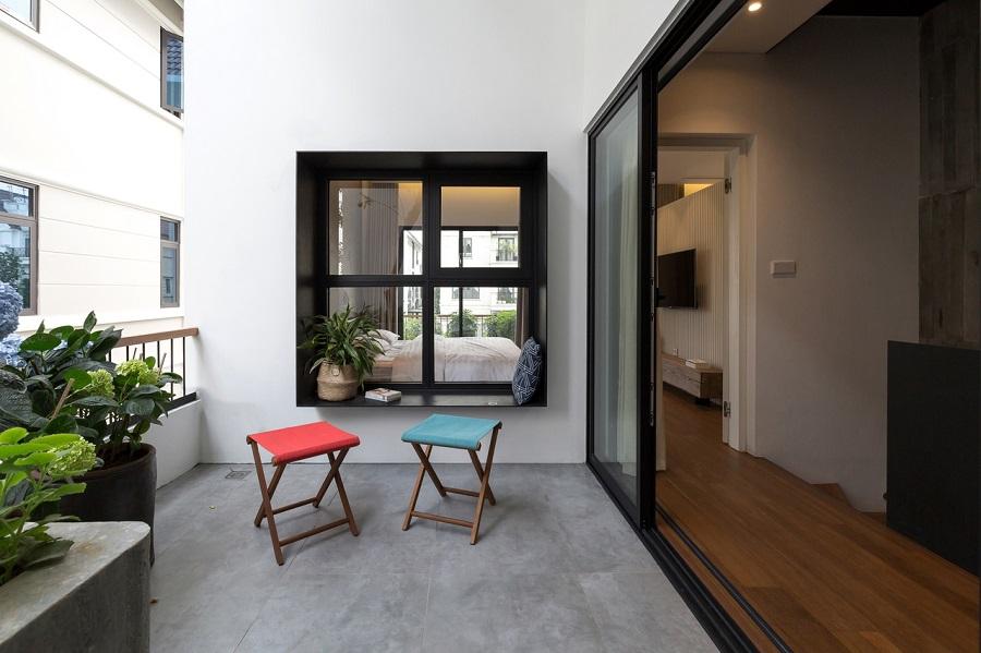 cửa chính đối diện cửa sổ