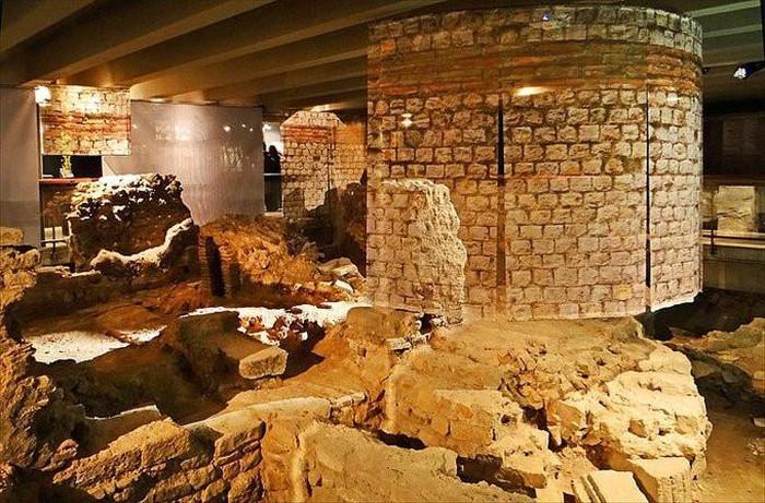 hầm mộ dưới nhà thờ Đức Bà