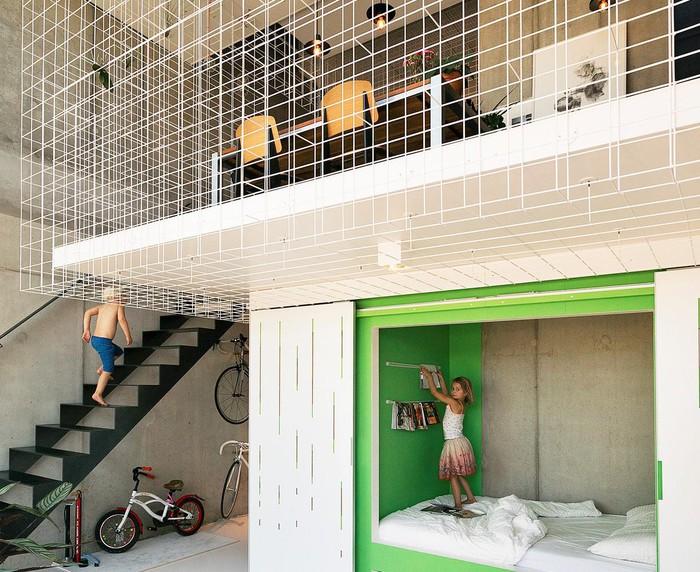 Không gian nhà cấp 4 có gác lửng được nới rộng với lưới thép sơn trắng