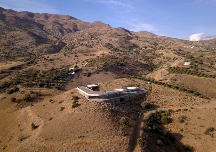 ngôi nhà có một phần nằm dưới lòng đất