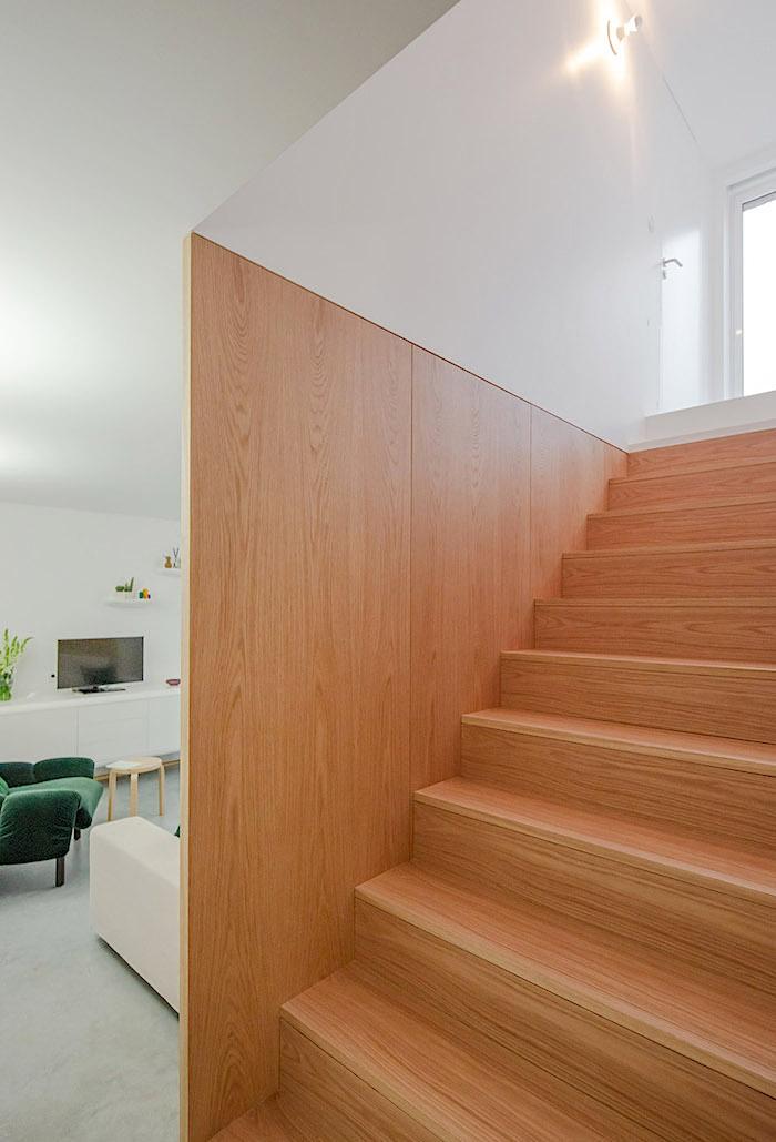 cầu thang gỗ mộc mạc