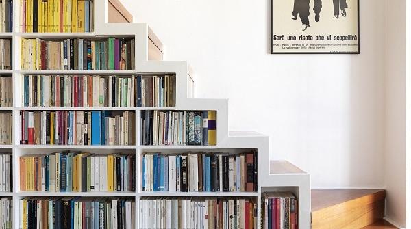 giá sách dưới gầm cầu thang