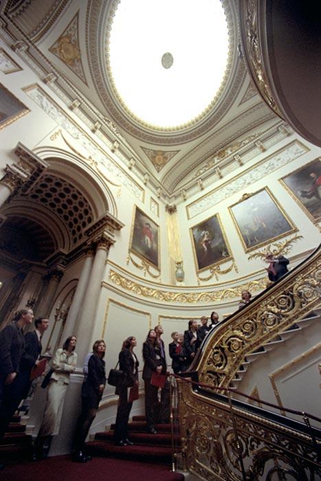 cầu thang thảm đỏ trong cung điện Anh