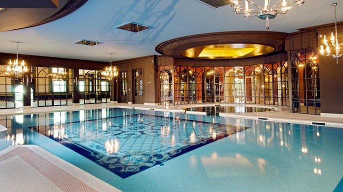 bể bơi trong lâu đài