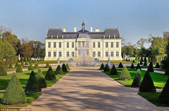 khuôn viên lâu đài dát vàng siêu đẹp