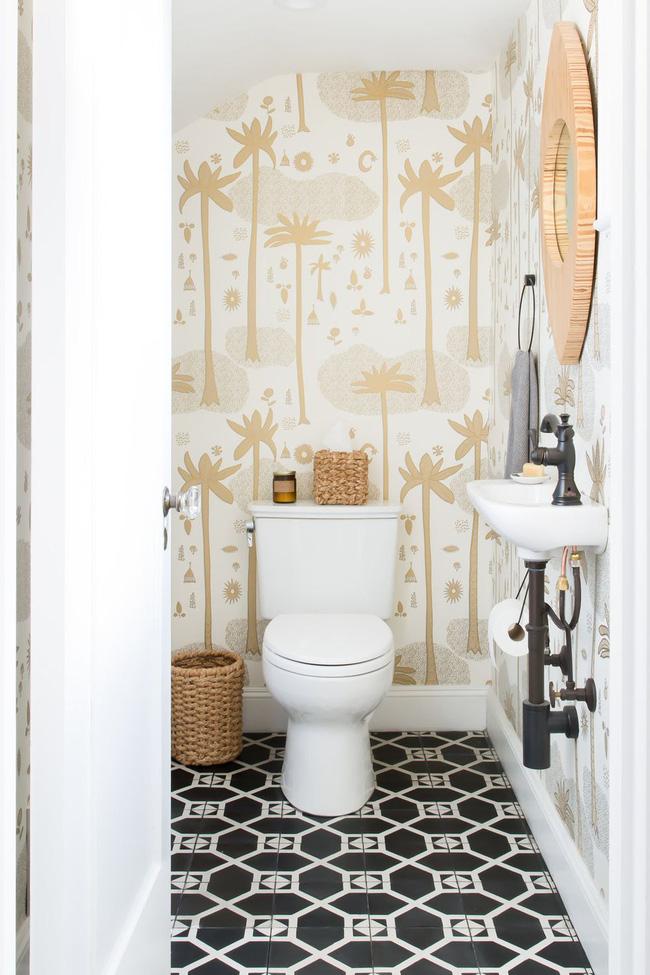 trang trí phòng tắm bằng giấy dán tường họa tiết mới lạ