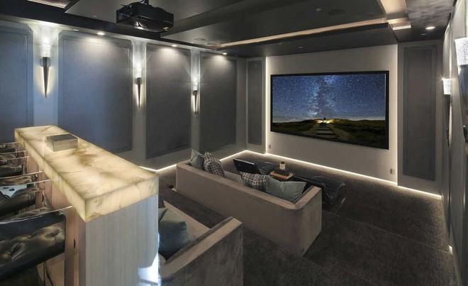 Hình ảnh phòng chiếu phim tại gia tông màu xám sáng trọng, ánh đèn vàng ấm áp