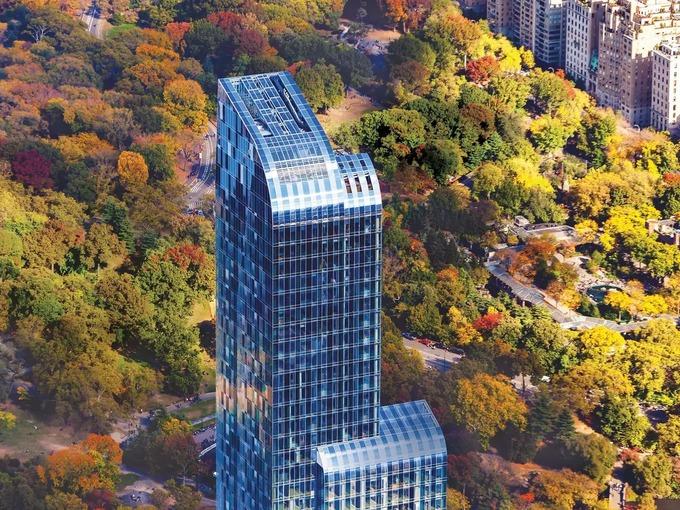 Hình ảnh cận cảnh tòa nhà đắt đỏ nhất nước Mỹ, xung quanh là rừng cây lá vàng