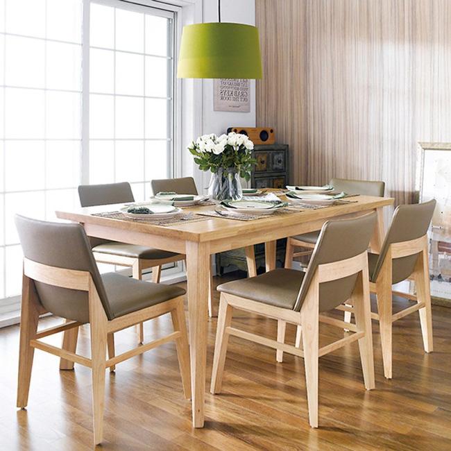 Hình ảnh bộ bàn ăn 6 ghế, đèn thả màu xanh lá, lọ hoa trang trí