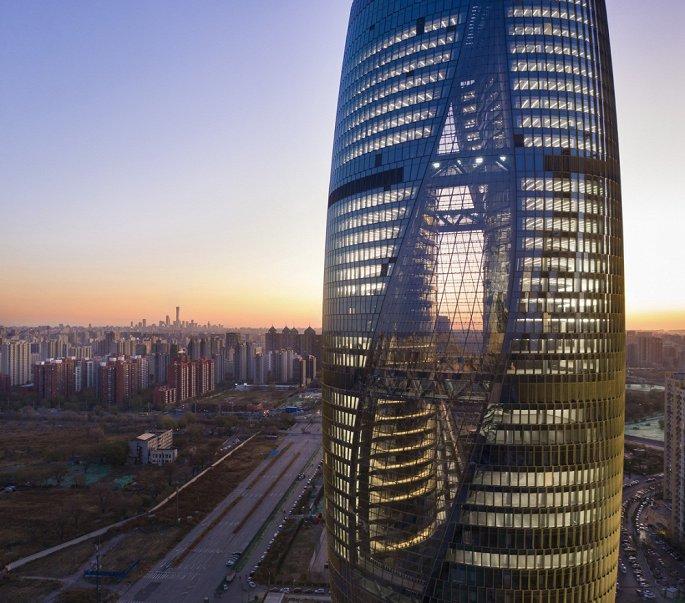 Hình ảnh cận cảnh mặt ngoài của cao ốc 45 tầng mang tên Leeza Soho