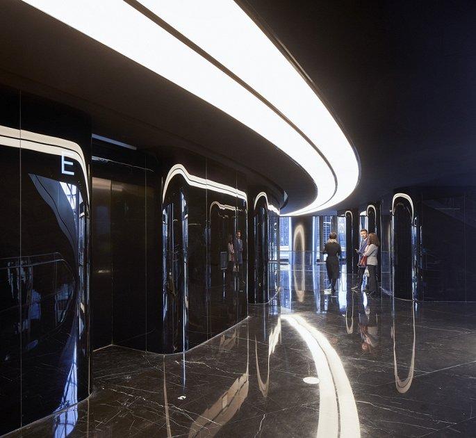 Hình ảnh cận cảnh sảnh cầu thang máy trong tòa tháp