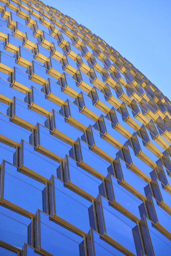 Hình ảnh cận cảnh bề mặt bên ngoài của tòa nhà với hệ cửa kính trong suốt