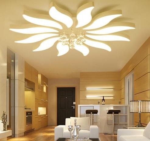 Hình ảnh phòng khách sử dụng tông màu vàng nhẹ ấm áp, đèn trần lớn đặt ở trung tâm