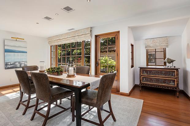 Hình ảnh phòng ăn ngập tràn ánh sáng với cửa kính, tường màu trắng và bộ bàn 6 ghế lót nệm êm ái