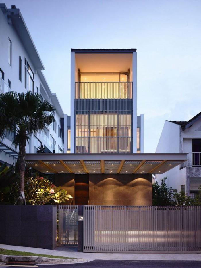 Nhà phố có thiết kế ấn tượng với hệ lam bao phủ mặt tiền, đảm bảo tính riêng tư cần thiết mà vẫn rất thoáng sáng