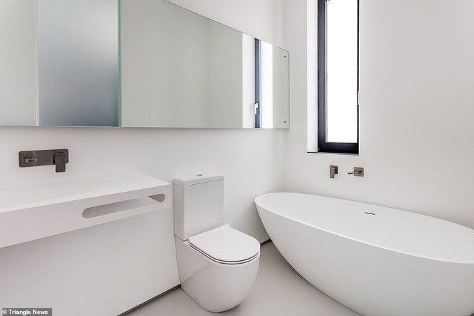 Hình ảnh phòng tắm hiện đại, sử dụng toàn bộ nội thất màu trắng sang trọng