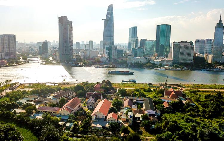 Hình ảnh một góc TP.HCM với những tòa cao ốc, khu dân cư đông đúc hai bên bờ sông Sài Gòn