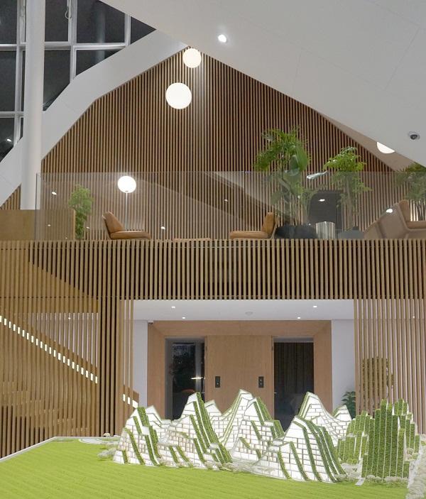 Hình ảnh bên trong căn hộ sử dụng vật liệu gỗ chủ đạo, lan can kính, đèn trang trí