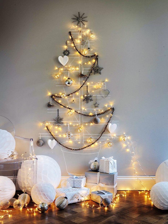 Hình ảnh cây thông Noel trong phòng bé làm từ sợi dây kết hợp cùng đèn LED lấp lánh, phía dưới đặt nhiều hộp quà màu trắng