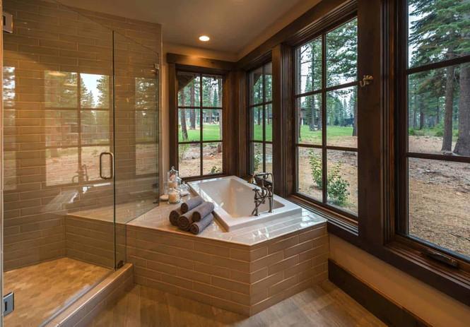 Hình ảnh không gian phòng tắm sang trọng, có cảm giác như được mở rộng tối đa nhờ tường kính.