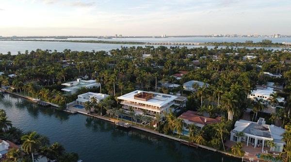 Hình ảnh toàn cảnh một hòn đảo nhỏ xanh mát với rất nhiều biệt thự sang trọng, đắt đỏ nhìn từ trên cao