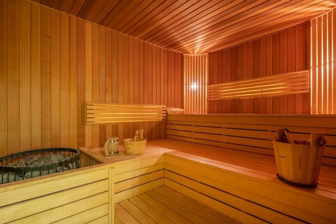 Hình ảnh cận cảnh phòng tắm hơi trong biệt thự được ốp lát hoàn toàn bằng gỗ tự nhiên màu vàng ấm áp.