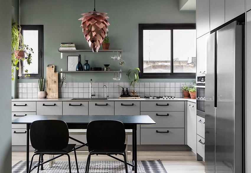 Hình ảnh cận cảnh tủ bếp nhiều ngăn kệ cung cấp không gian lưu trữ thoải mái