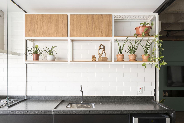 Hình ảnh những chậu cây cảnh nhỏ xanh mướt tạo điểm nhấn sinh động cho khu vực phòng bếp.