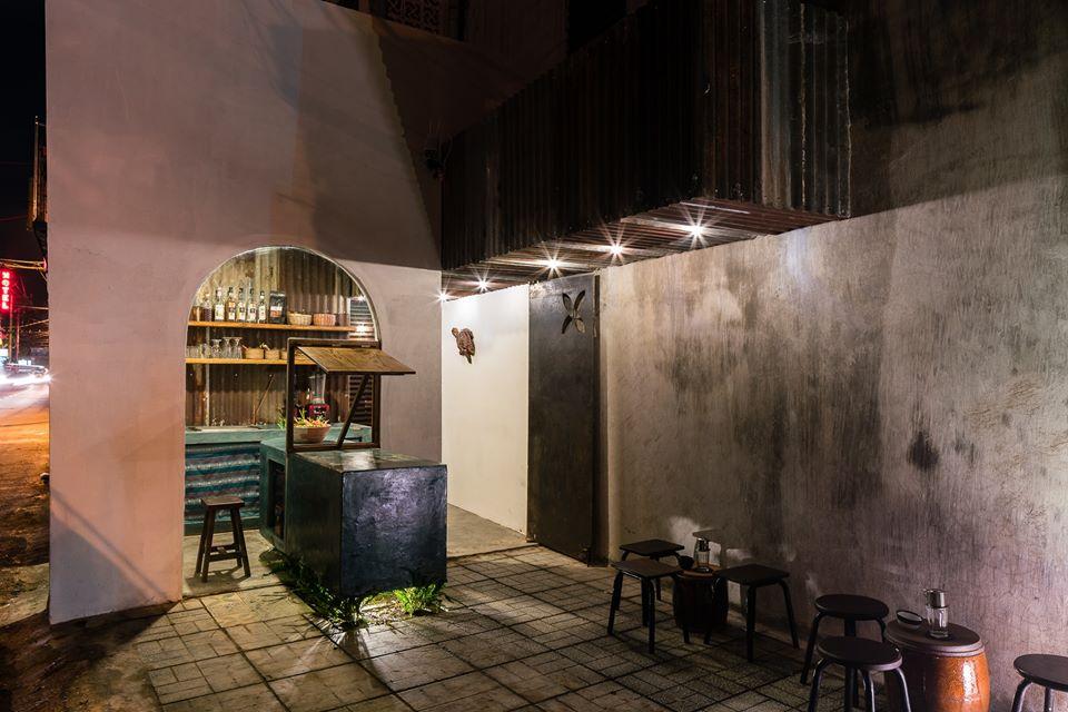 Hình ảnh cận cảnh quầy pha chế cà phê khi đêm xuống, ánh đèn lung linh