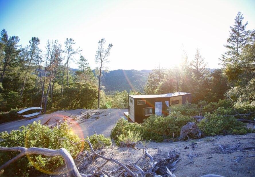 Hình ảnh một ngôi nhà di động tí hon nằm giữa núi rừng xanh mát, ngập tràn nắng gió