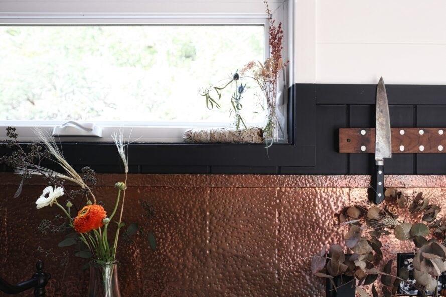 Hình ảnh cận cảnh điểm nhấn bắt mắt trong phòng bếp nhỏ là backsplash ốp đồng
