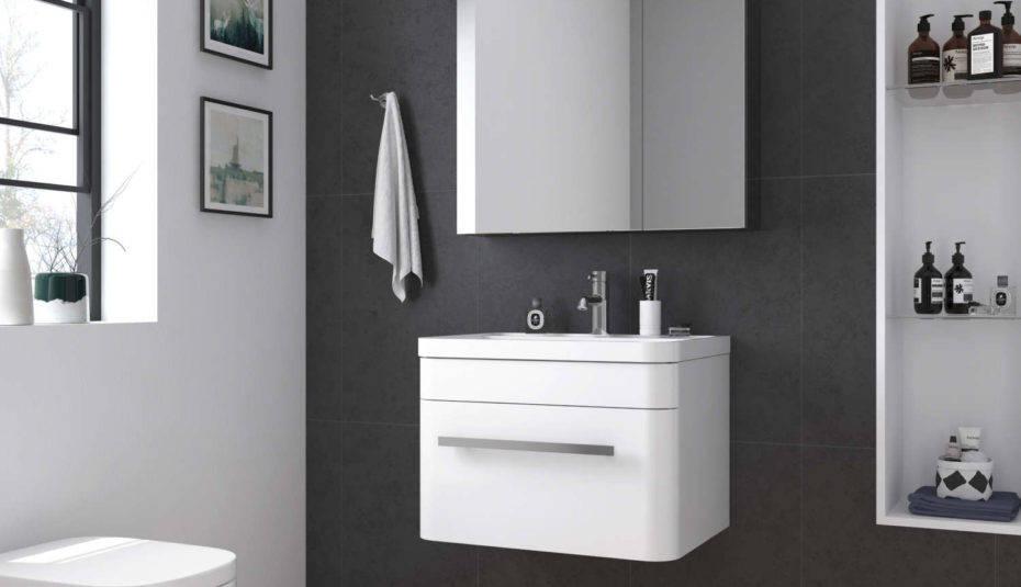 Hình ảnh phòng tắm nhỏ hiện đai, sử dụng tủ lưu trữ màu trắng, không ngăn kéo