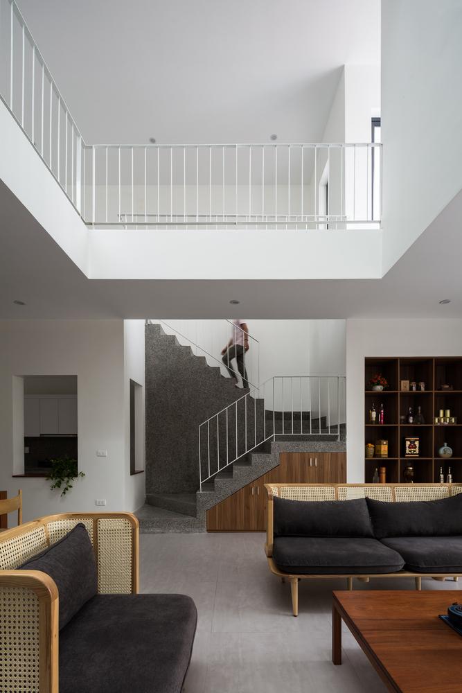 Hình ảnh cận cảnh một góc phòng khách, cầu thang ở tầng trệt